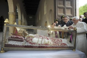 Pope Benedict places a white stole on the relic of Pope Celestino V in L'Aquila